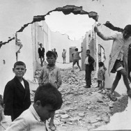 henri-cartier-bresson-hyeres-france-1932-seville-spain-1944-wall-hole-children-playing